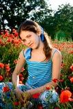 Fille de l'adolescence de verticale avec le pavot Photo libre de droits