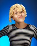 Fille de l'adolescence drôle avec de macaronis des cheveux à la place Photographie stock