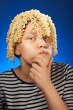 Fille de l'adolescence drôle avec de macaronis des cheveux à la place Photographie stock libre de droits
