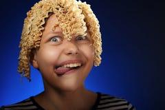 Fille de l'adolescence drôle avec de macaronis des cheveux à la place Photos libres de droits