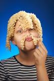 Fille de l'adolescence drôle avec de macaronis des cheveux à la place Photo stock