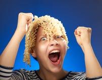 Fille de l'adolescence drôle avec de macaronis des cheveux à la place Image stock