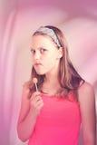 Fille de l'adolescence drôle mangeant le lollypop Photo stock