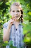 Fille de l'adolescence en nature, bel été image libre de droits