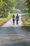 Fille de l'adolescence et garçon marchant et se regardant Images libres de droits