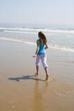 Fille de l'adolescence exécutant dans la vague déferlante Photos stock