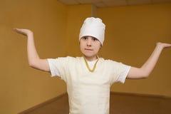 Fille de l'adolescence faisant l'exercice de yoga dans le gymnase Photos libres de droits