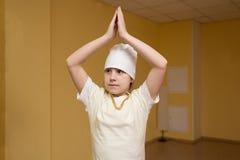 Fille de l'adolescence faisant l'exercice de yoga dans le gymnase Photographie stock