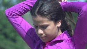 Fille de l'adolescence fixant ses cheveux Photo stock