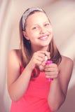 Fille de l'adolescence heureuse avec des bulles de savon Images stock