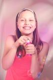 Fille de l'adolescence heureuse avec des bulles de savon Image libre de droits