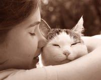 Fille de l'adolescence heureuse avec la fin de chat vers le haut de la photo Images libres de droits