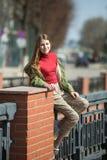 Fille de l'adolescence heureuse marchant sur les rues images libres de droits