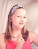 Fille de l'adolescence heureuse tenant la lucette Photographie stock libre de droits