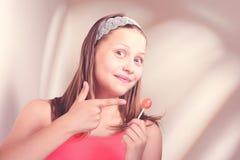 Fille de l'adolescence heureuse tenant la lucette Photographie stock
