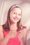 Fille de l'adolescence heureuse tenant la lucette Images libres de droits