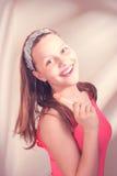 Fille de l'adolescence heureuse tenant la lucette Photo libre de droits