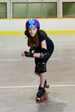 Fille de l'adolescence jouant le rouleau Derby Images stock