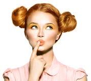 Fille de l'adolescence joyeuse avec des taches de rousseur Image libre de droits