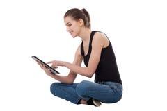 Fille de l'adolescence à l'aide d'une tablette Image libre de droits