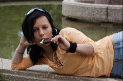 Fille de l'adolescence mangeant la crême glacée Image stock