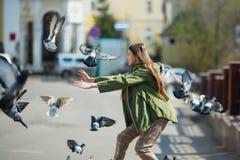 Fille de l'adolescence marchant les rues de la ville Amusement photo libre de droits