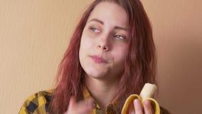 Fille de l'adolescence mignonne mangeant la banane banque de vidéos
