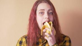 Fille de l'adolescence mignonne mangeant la banane clips vidéos