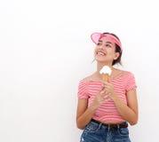 Fille de l'adolescence mignonne tenant le cornet de crème glacée Photo libre de droits