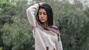 Fille de l'adolescence péruvienne mignonne posant le chandail de port image libre de droits