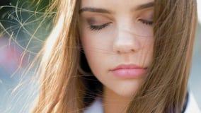 Fille de l'adolescence paisible d'équilibre de Mindfulness méditant clips vidéos