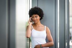 Fille de l'adolescence parlant à son ami au téléphone Photos stock