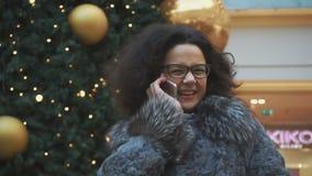 Fille de l'adolescence parlant au téléphone et riant d'un air provoquant closeup banque de vidéos