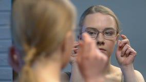 Fille de l'adolescence peu sûre avec des lunettes détestant sa réflexion dans le miroir, intimidant banque de vidéos