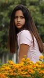 Fille de l'adolescence sérieuse avec des fleurs Photos libres de droits