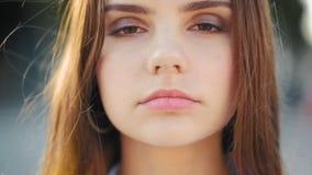 Fille de l'adolescence sûre paisible de féminité de tendresse banque de vidéos
