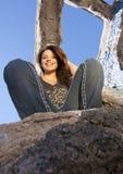 Fille de l'adolescence s'asseyant dans des ruines urbaines Photos stock