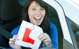Fille de l'adolescence s'asseyant dans son véhicule déchirant un L-signe Image libre de droits