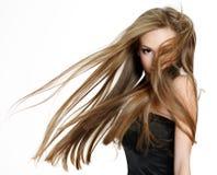 Fille de l'adolescence secouant la tête avec le long cheveu photos stock
