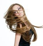Fille de l'adolescence secouant la tête avec le long cheveu Photographie stock