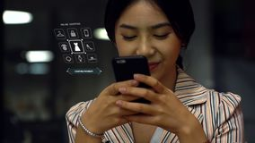 Fille de l'adolescence de sourire employant des apps images libres de droits