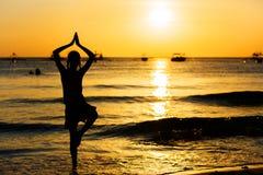 Fille de l'adolescence sur la plage au temps de coucher du soleil Images stock