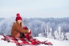 Fille de l'adolescence sur le plaid dans la neige images libres de droits