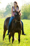 Fille de l'adolescence sur son cheval Images libres de droits