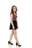 Fille de l'adolescence utilisant la jupe noire courte Image stock