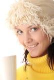 Fille de l'hiver avec la cuvette chaude Photo stock