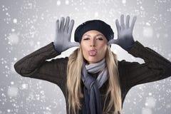 Fille de l'hiver dans le capuchon et les gants de laines Image libre de droits