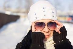 Fille de l'hiver dans lunettes de soleil photographie stock
