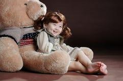 Fille de la Chine dans le bras d'ours de nounours Photos libres de droits