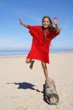 Fille de la préadolescence sur une plage Image libre de droits